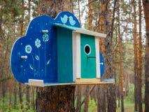 Behelfsmäßige Häuser für die Vögel im Park Lizenzfreie Stockfotografie
