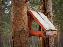 Behelfsmäßige Häuser für die Vögel im Park Stockbild