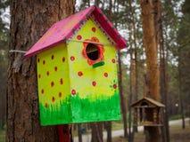 Behelfsmäßige Häuser für die Vögel im Park Lizenzfreies Stockbild