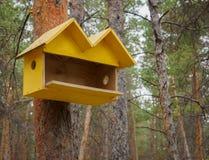 Behelfsmäßige Häuser für die Vögel im Park Stockfotografie