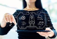 Behendig concept met vrouw die tablet gebruiken royalty-vrije stock afbeelding