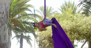 Behendige atletische jonge acrobatische danser stock footage