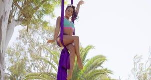 Behendige lenige turner die een acrobatische dans uitvoeren stock videobeelden