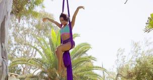 Behendige lenige turner die een acrobatische dans uitvoeren stock footage