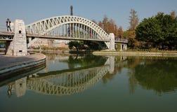 Beherbergen Sie Brücke im Fenster des Weltparks lizenzfreies stockbild