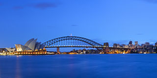 Beherbergten Sie Brücken- und Sydney-Skyline, Australien an der Dämmerung Stockfotografie