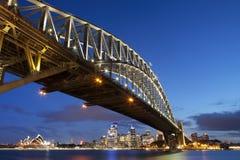 Beherbergten Sie Brücken- und Sydney-Skyline, Australien nachts Lizenzfreie Stockfotos