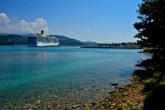 Beherbergten Sie mit Booten, Strand und Costa Deliziosa machte fest lizenzfreie stockfotografie