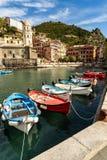 Beherbergten Sie mit Booten in Vernazza-Dorf in Cinque Terre Italy lizenzfreies stockbild
