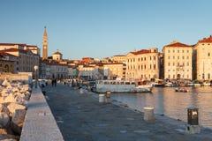 Beherbergten Sie in Piran bei Sonnenuntergang, Slowenien, Europa lizenzfreie stockfotos