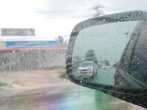 behide Autoglas regnerisch lizenzfreie stockfotografie