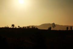 Behide de lever de soleil la montagne Photos libres de droits