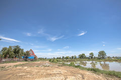Behide wat sareesriboonkam视图在晴天有美好的蓝天背景和小盐水湖 免版税库存照片