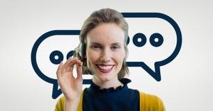 Behilfliche Frau der glücklichen Kundenbetreuung gegen Kundenbetreuungshintergrund Lizenzfreie Stockfotografie