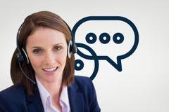 Behilfliche Frau der Kundenbetreuung gegen Kundenbetreuungshintergrund Lizenzfreie Stockbilder