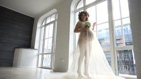 Behilfliche Hilfe des Mädchens, zum von peignoir für schwangere Braut des Hochzeitskleides auf Studioraum zu kleiden stock video footage