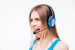 Behilflicher Betreiber der jungen Frau, der im Kopfhörer schreit Lizenzfreies Stockfoto
