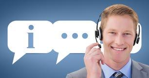 Behilflicher Mann der glücklichen Kundenbetreuung gegen Kundenbetreuungshintergrund Stockbild