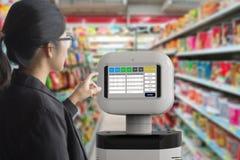 Behilflicher Roboter mit Software stockfoto