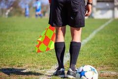 Behilflicher Schiedsrichter des Fußballs während eines Spiels Stockfotos