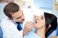 Behilflicher vorbereitender Patient der Zahnärzte Stockbild