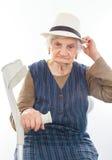 Behinderte ältere Frau mit Krücke zuhause Lizenzfreies Stockfoto