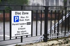 Behinderte Ausweisinhaber-Disketten-Zone nur am Parkplatz-Zeichen stockbild