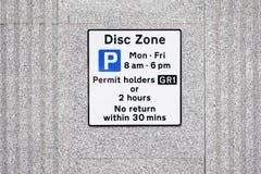 Behinderte Ausweisinhaber-Disketten-Zone nur am Parkplatz-Zeichen lizenzfreie stockfotografie