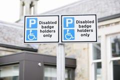 Behinderte Ausweisinhaber nur am Parkplatz-Wegweiser lizenzfreies stockfoto