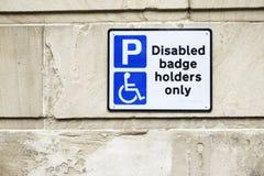 Behinderte Ausweisinhaber nur am Parkplatz-Zeichen auf Wand stockbilder