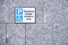 Behinderte Ausweisinhaber nur am Parkplatz-Zeichen auf Wand lizenzfreies stockfoto