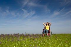 Behinderte Frau auf Rollstuhl Stockbilder