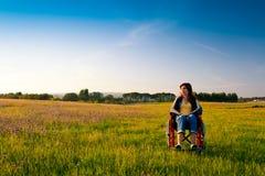 Behinderte Frau auf Rollstuhl stockfotografie