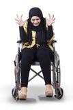 Behinderte Frau auf Rollstuhl und Blicke frustriert stockfotos