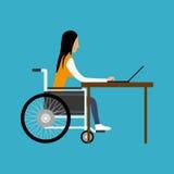 Behinderte Frau, die mit Laptop arbeitet Lizenzfreies Stockfoto