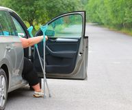 Behinderte Frau, die von einem Auto upgoing ist Stockfotos