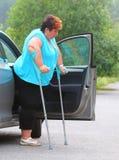 Behinderte Frau, die von einem Auto upgoing ist Stockfotografie