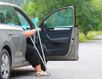 Behinderte Frau, die von einem Auto upgoing ist Lizenzfreie Stockbilder