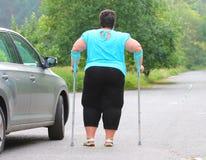 Behinderte Frau, die von einem Auto upgoing ist Stockbilder