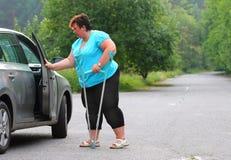 Behinderte Frau, die von einem Auto upgoing ist Lizenzfreie Stockfotografie