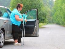 Behinderte Frau, die von einem Auto upgoing ist Stockbild
