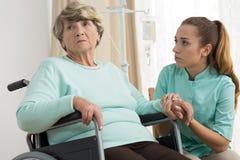 Behinderte Frau im Pflegeheim lizenzfreie stockfotografie