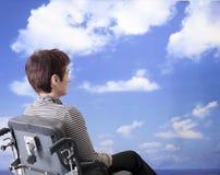 Behinderte Frau im Rollstuhl Stockbild