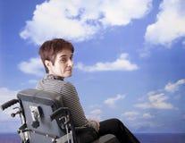 Behinderte Frau im Rollstuhl Stockfotos