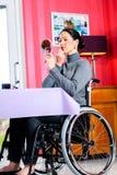 Behinderte Frau im im Spiegel schauenden und zutreffenden Rollstuhl bilden Lizenzfreies Stockbild