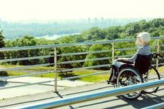 Behinderte Frau, welche die Stadtansicht schaut stockbilder