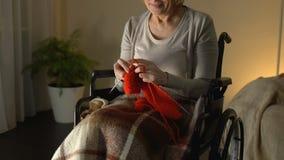 Behinderte im Raum strickende und lächelnde Frau, finanziell sicheres hohes Alter, Hobby stock video footage