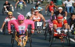 Behinderte Männer in den Rollstühlen im Marathon Stockfoto