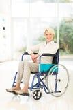 Behinderte Mitte gealterte Frau Stockfoto