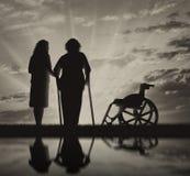 Behinderte Personen auf Krücken in der Reflexion und in der Krankenschwester stockfotografie